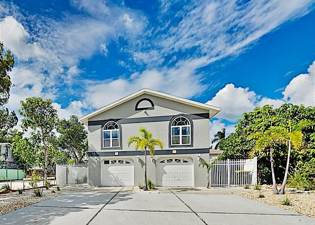 The Crab & The Fin   2-Unit Beach Getaway   Private Hot Tub, Grills & Bikes, holiday rental in Lido Key
