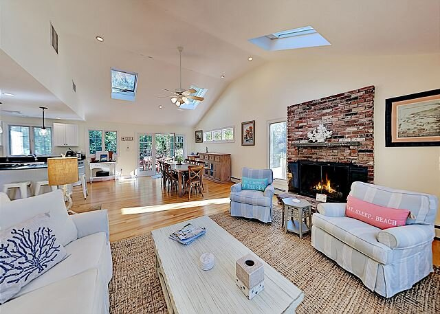 Acapesket Beach Getaway with Fireplace, Chef's Kitchen & Private Patio, holiday rental in Teaticket