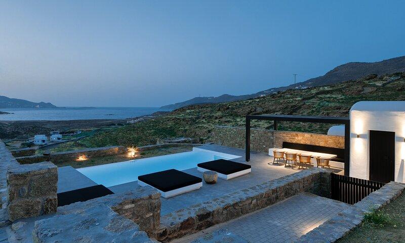 Mykonos Ftelia Black Villa 2, holiday rental in Ftelia