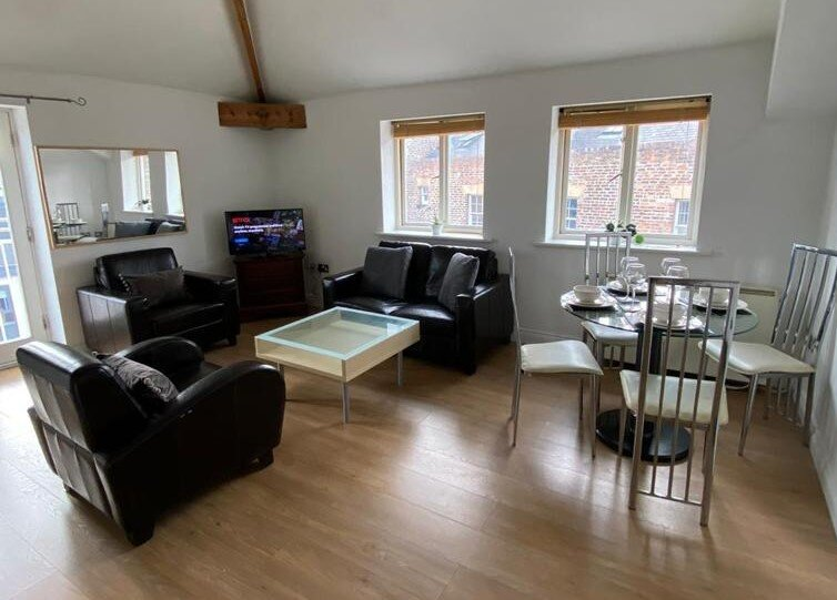 CITY CENTRE NEWCASTLE APARTMENT ST JAMES PARK & TRAVEL LINKS NEARBY, holiday rental in Woolsington
