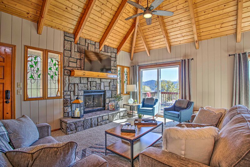 Lake Arrowhead Cabin w/ Luxury Deck & Lake View!, holiday rental in Victorville