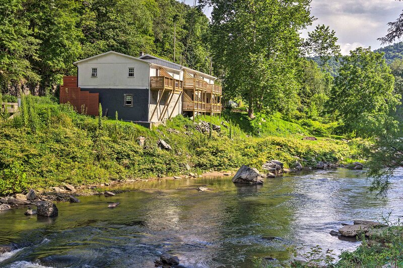 NEW! Burnsville Studio on Cane River w/ Fire Pit!, holiday rental in Burnsville