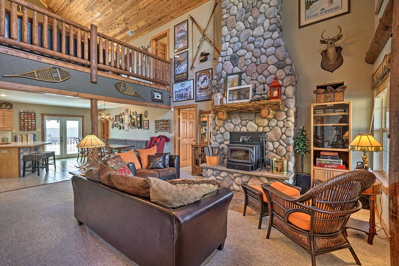 NEW! Amenity-Packed Cabin w/ Game Room & Mtn Views, holiday rental in Lake George