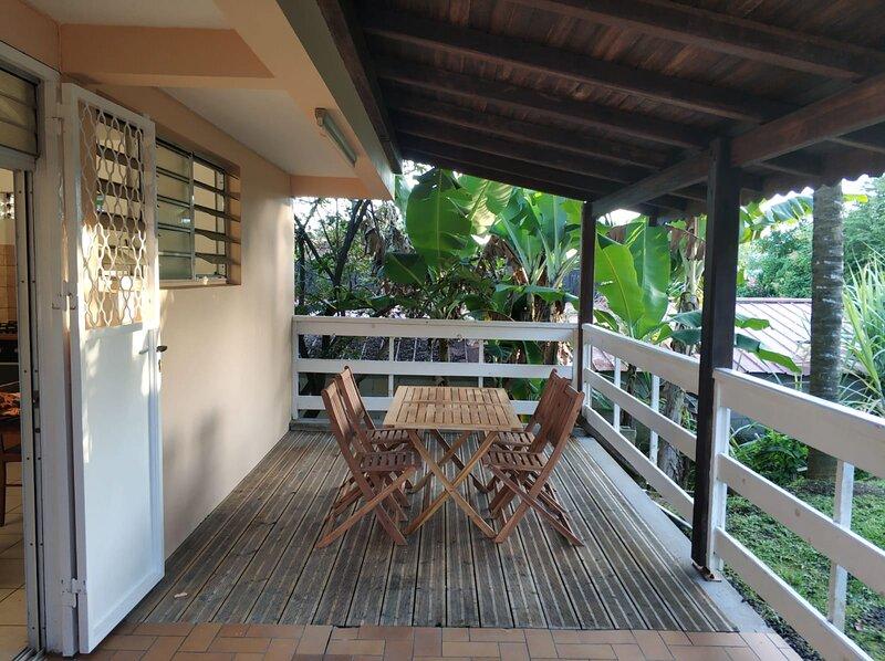 Grand T2 meublé et équipé avec grande terrasse, location de vacances à Le Lamentin