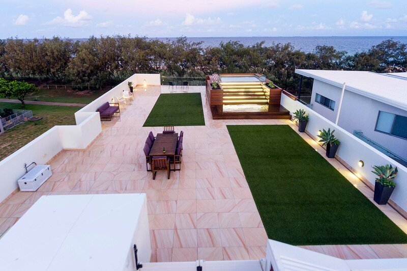 BEACHFRONT ACCOMMODATION WITH ROOFTOP POOL & ENTERTAINING, holiday rental in Mackay