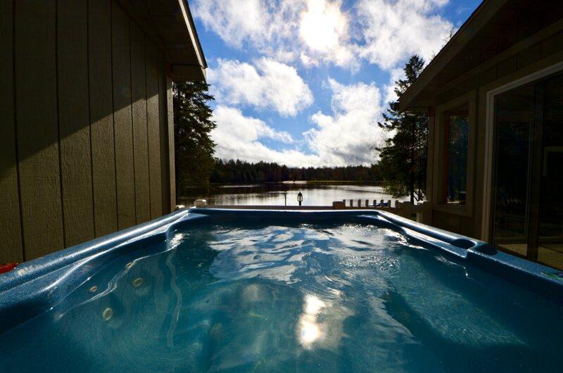 ⛱⛰⛷ POCONOS LAKE FRONT CABIN ★ HOT TUB, 4-Season Rm 2 Fireplaces Game Ro, vacation rental in Blakeslee