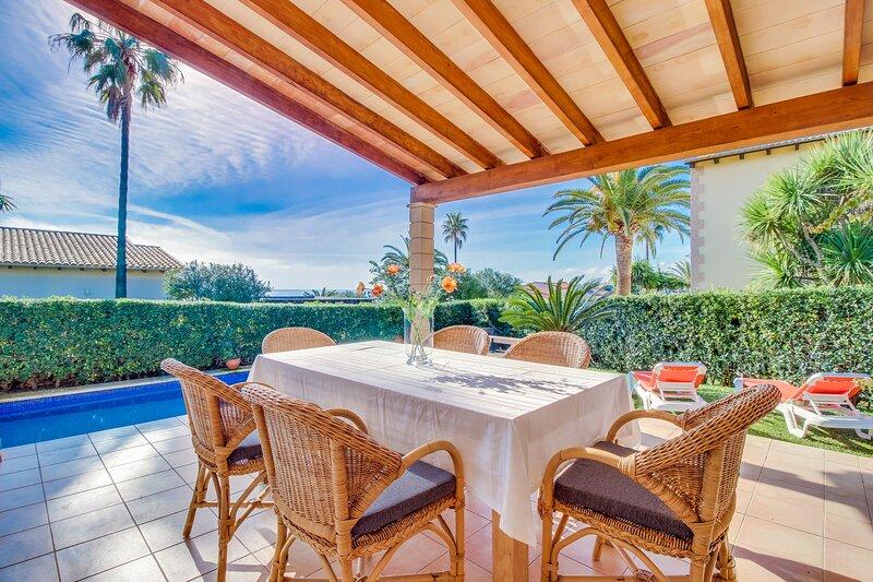 Encantadora villa con piscina privada y wifi, vacation rental in Cala Mandia