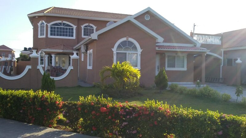 Lovely Caribbean Estate with 24hrs security, holiday rental in Port Royal