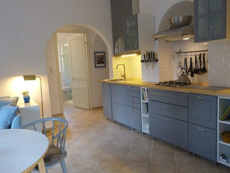 JdV Holidays Old Savonnerie 3, spacious 1 bedroom apartment walking to town, holiday rental in Vence