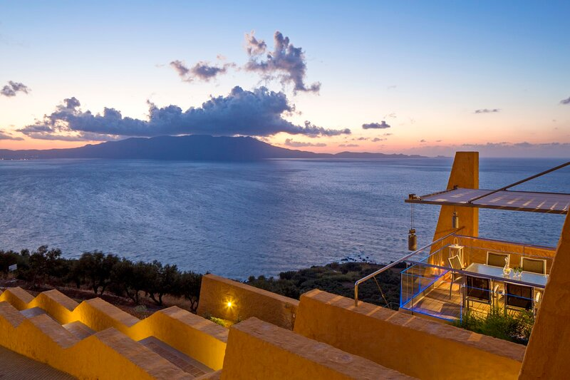 Infinity pool ★Unique Architecture★Jacuzzi hot tub★Stunning seaview, location de vacances à Ravdoucha