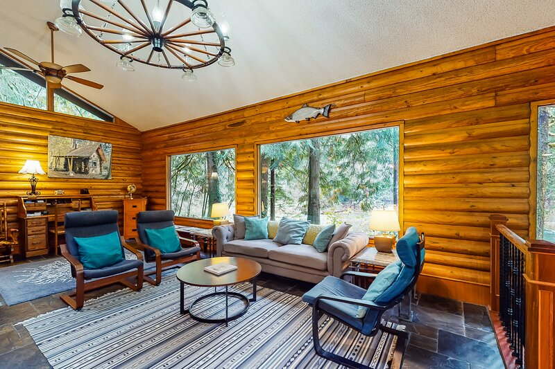 Spacious, riverfront lodge with beach access, private hot tub & forest views!, holiday rental in Cascade Locks