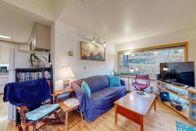 Dog-friendly home w/ a full kitchen, furnished patio, & enclosed yard, alquiler de vacaciones en Otter Creek