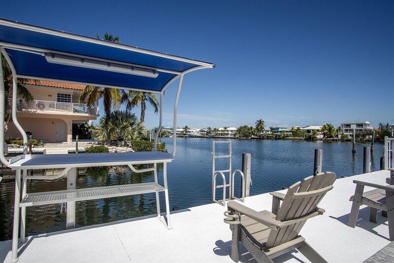 Reel Paradise I 2bed/2bath half duplex with brand new private pool, deck & docka, casa vacanza a Grassy Key