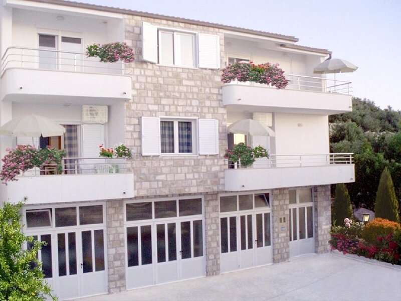 Ivi - 100 m from pebble beach: A1(2+2) - Drasnice, holiday rental in Drasnice