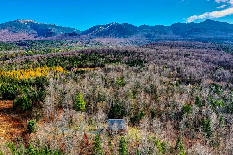 New listing! Charming & private cabin w/firepit, hot tub & forest views!, holiday rental in Lower Waterford