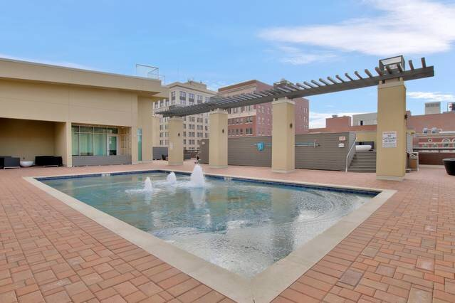New Downtown Lux Loft + Gym + Pool, holiday rental in Sedgwick