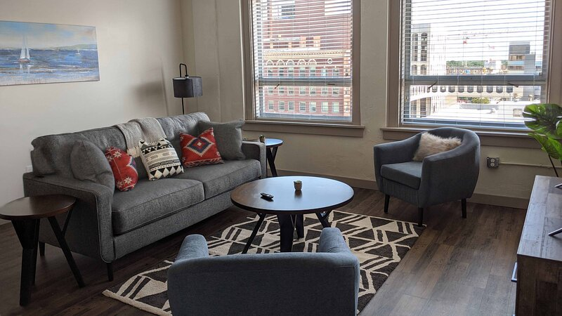 Upscale Lux Apartment in Heart of Wichita + Parking, holiday rental in Towanda