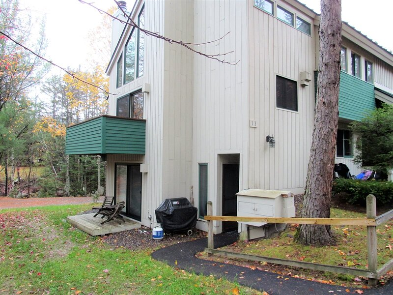Walk to the Town Square at this Pet Friendly Waterville Valley Vacation Condo!, alquiler vacacional en Waterville Valley