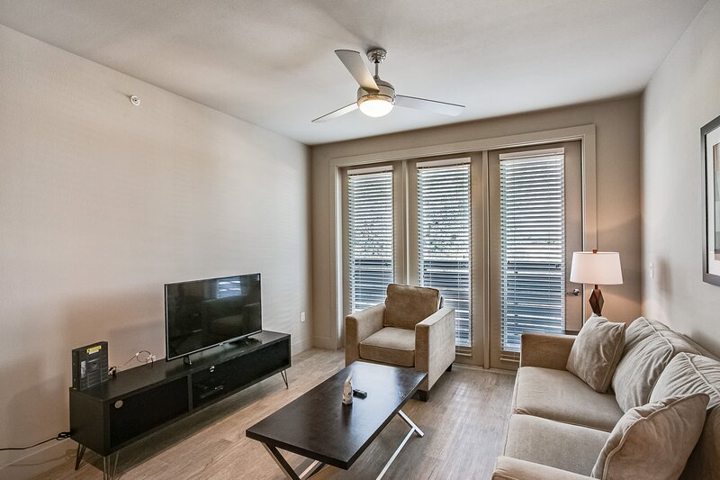 Furnished Apartment with 50 Restaurants Less than .5 Miles Away, alquiler de vacaciones en Highland Park
