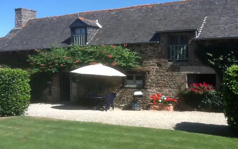 A beautiful cottage in the grounds of a 16th century Manor House, heated pool, holiday rental in Saint-Pierre-de-Plesguen