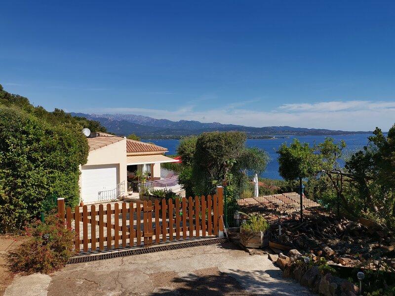 Très belle villa , 600 mètres criques , avec vue imprenable sur mer, aluguéis de temporada em Porto-Vecchio