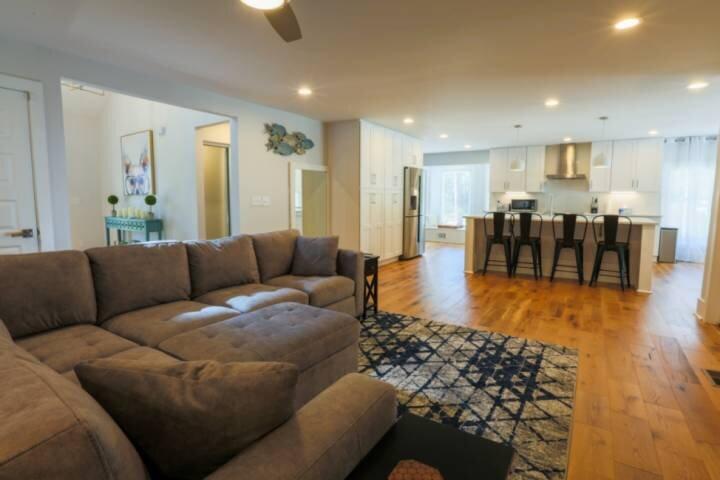 Renovated Home with 2 Decks & Backyard. Minutes to Shipyard Park, Charleston, Be, aluguéis de temporada em Mount Pleasant