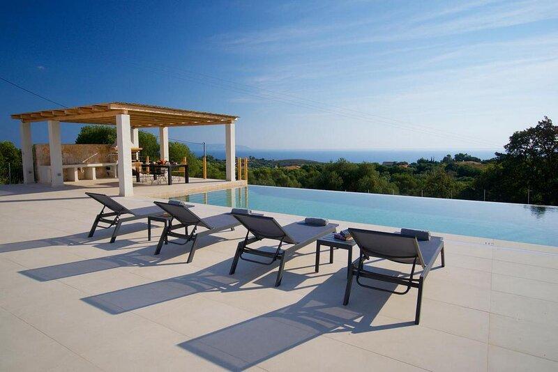 Exclusive Sea View Villa Madelaine, aluguéis de temporada em Keramiai