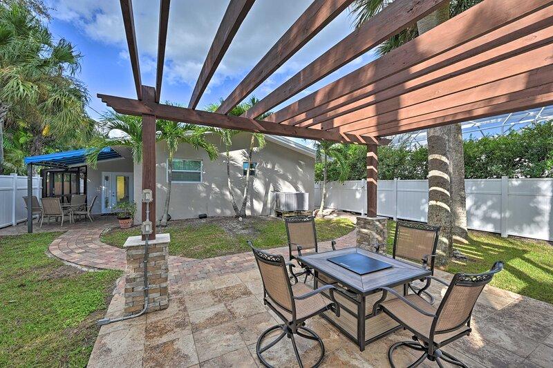 NEW! Quiet Naples Cottage w/ Patio < 1 Mi to Beach, location de vacances à Vanderbilt Beach