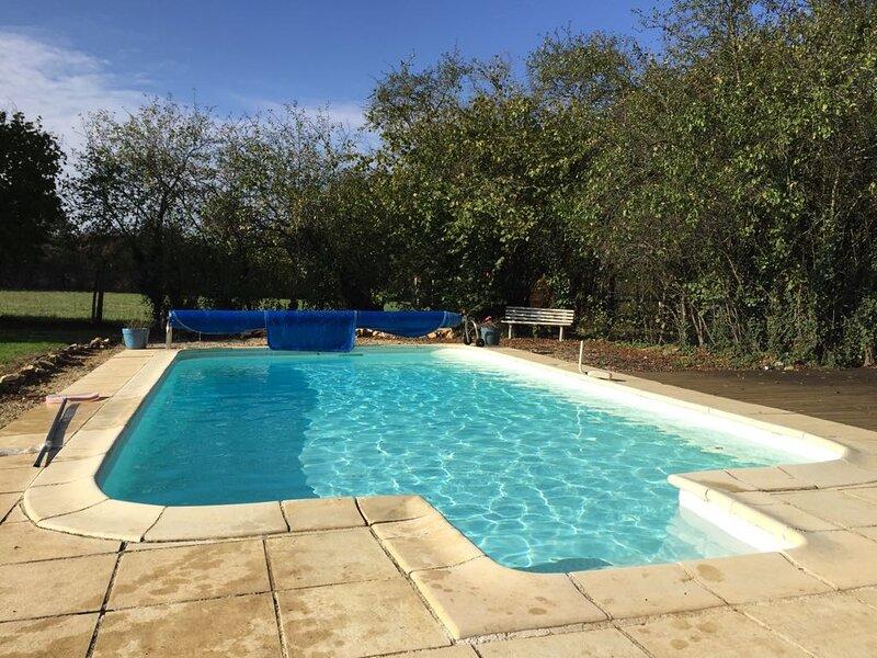 Detached period cottage with private pool, aluguéis de temporada em Pressac