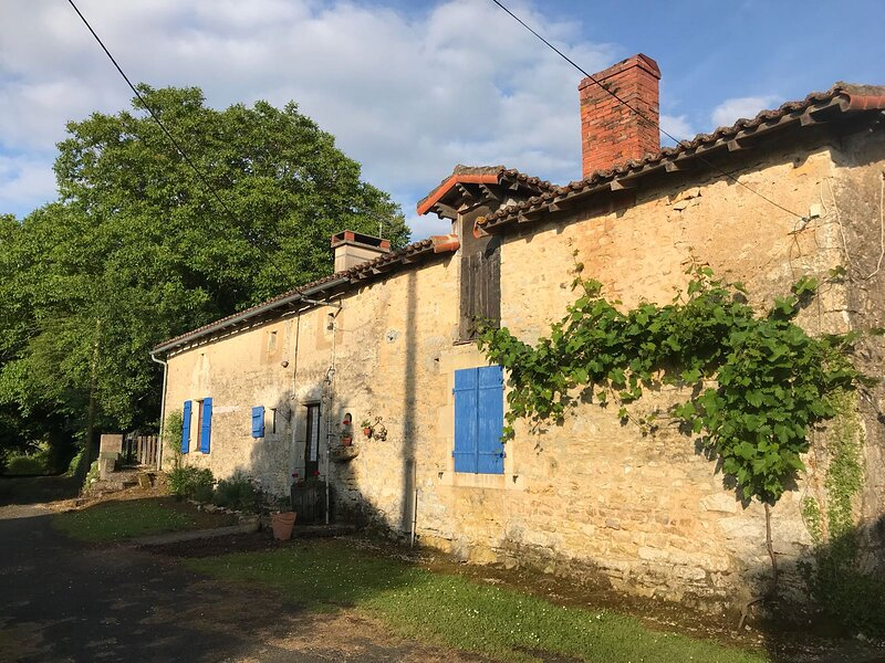 Detached period cottage with private pool, holiday rental in Le Grand-Madieu