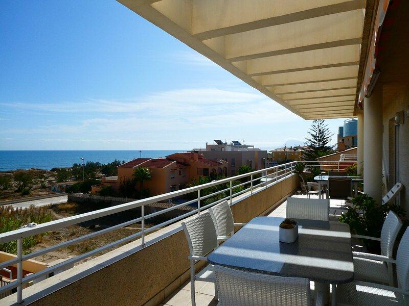 Apartamento frente al mar, con piscina, holiday rental in Oliva