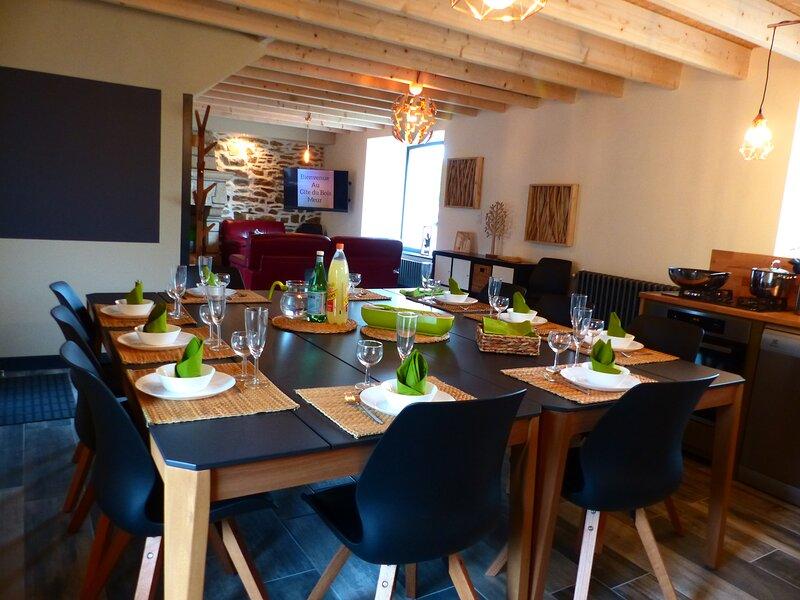Gîte Bois Meur spacieux et atypique avec sa cuisine Bar  4 chambres 10 personnes, holiday rental in Saint-Jean-Kerdaniel