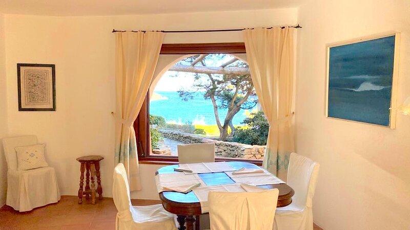 Appartamento Sul Mare - accesso spiaggia - 5 minuti in auto al Pevero Golf Club!, holiday rental in Porto Cervo