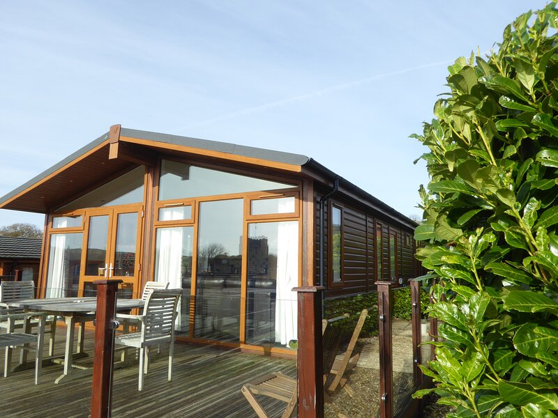 Lovely 3 bedroom wooden Lodge in the pretty waterside village of Newton Ferrers, casa vacanza a Brixton