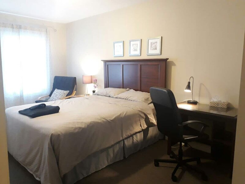 Private Cozy Room with queen bed for a couple in a shared house, vacation rental in Centre Wellington