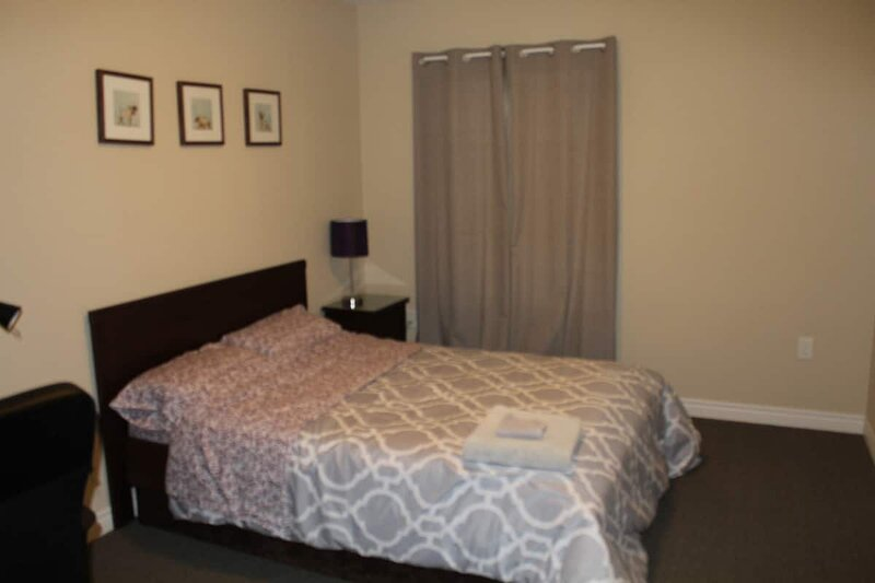 Private Modern Room with Double Bed in a Shared Townhouse, vacation rental in Centre Wellington