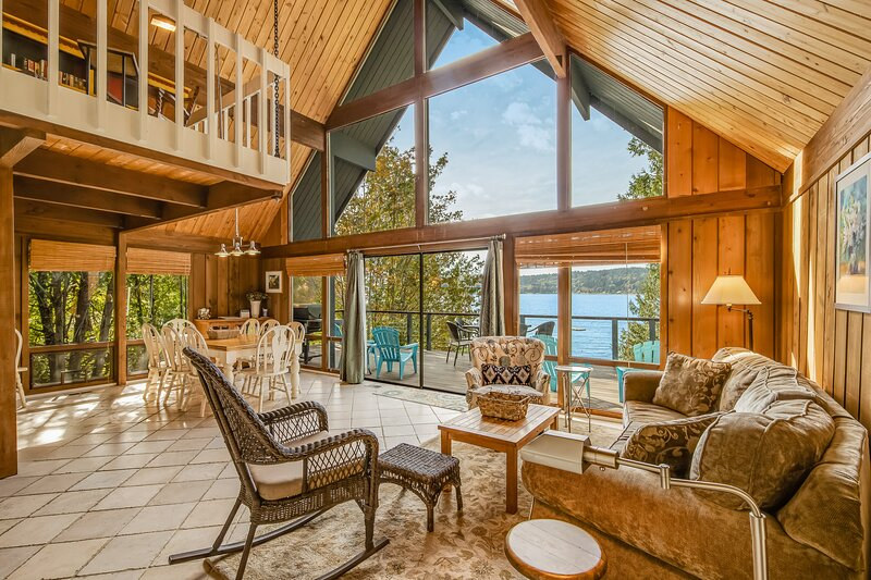 Cozy, Dog-Friendly Bayfront Home w/Stunning Ocean Views near the Beach!, holiday rental in Port Orchard