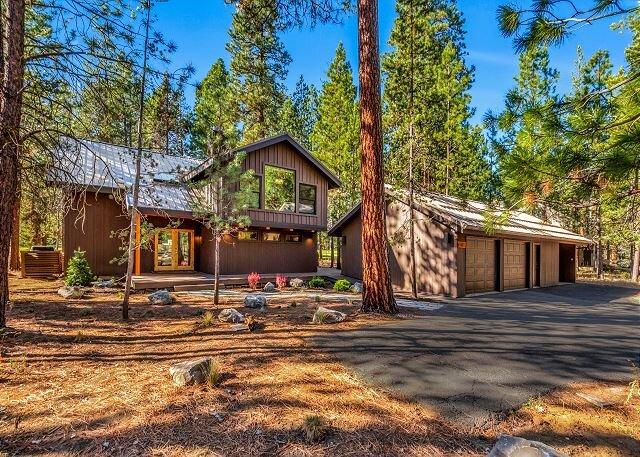 Aspen Lodge | Opulent Home with Fairway View, Fireplaces, Huge Deck & Hot Tub, aluguéis de temporada em Camp Sherman