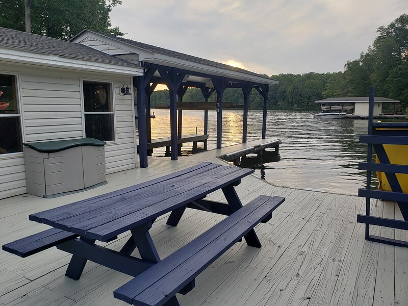 LKA Lakeside Landing, Large lakefront house with pool, hot tub lots of amenities, casa vacanza a Bumpass