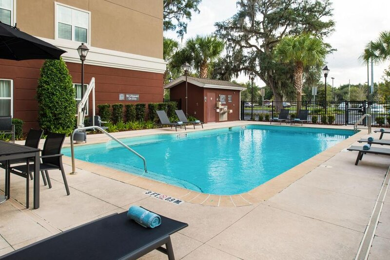 Four Family-Friendly Units, Free Breakfast, Pool, Parking, holiday rental in Gainesville