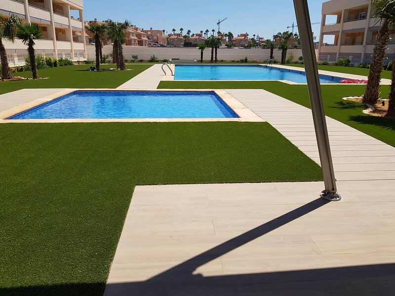 Modern apartment with a pool view, holiday rental in Torrellano