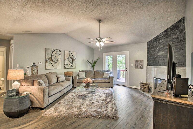 NEW! Modern Hideaway w/Deck & Fireplace, Near Golf, holiday rental in Fountain Lake