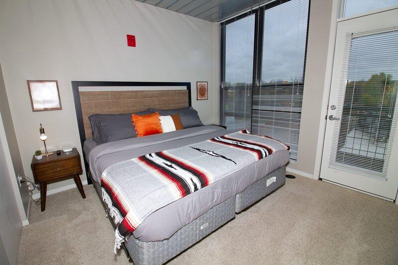 Stylish AA Double King Bed Loft, holiday rental in Lakeland