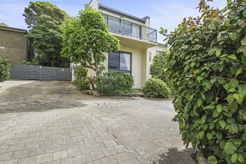 PENGUIN MEWS UNIT 4 - Lake views and just stroll into town, holiday rental in Merimbula