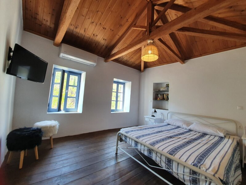 Two renovated tiny houses in Karavas with Valley View, location de vacances à Velanidia