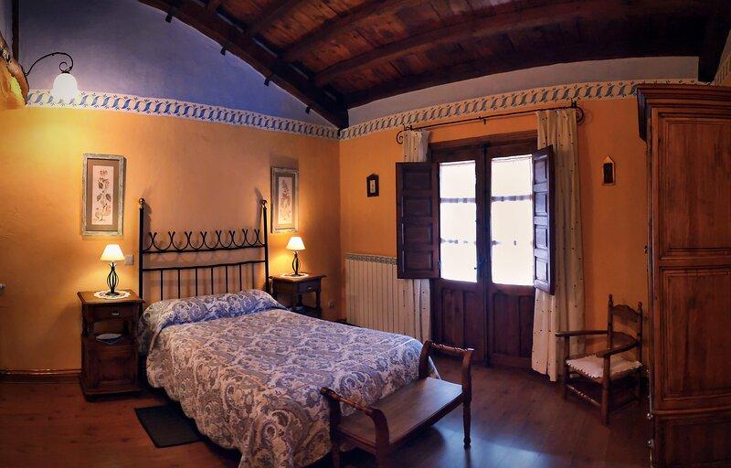 La Melera - Confortable casita rústica con el encanto de la Arquitectura Negra, holiday rental in Valverde de los Arroyos