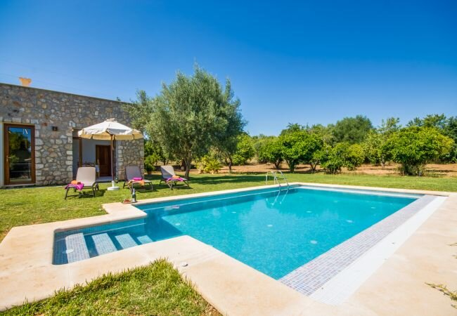 Buger Holiday Home Sleeps 4 with Pool and Air Con - 5874371, vacation rental in Buger