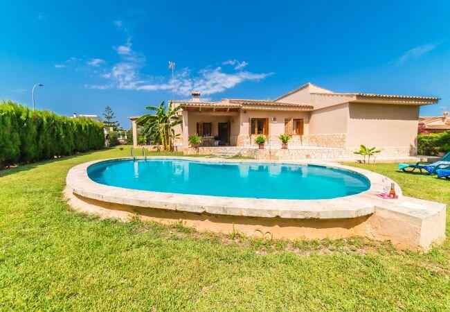 Sa Coma Holiday Home Sleeps 6 with Pool - 5874381, aluguéis de temporada em Sa Coma