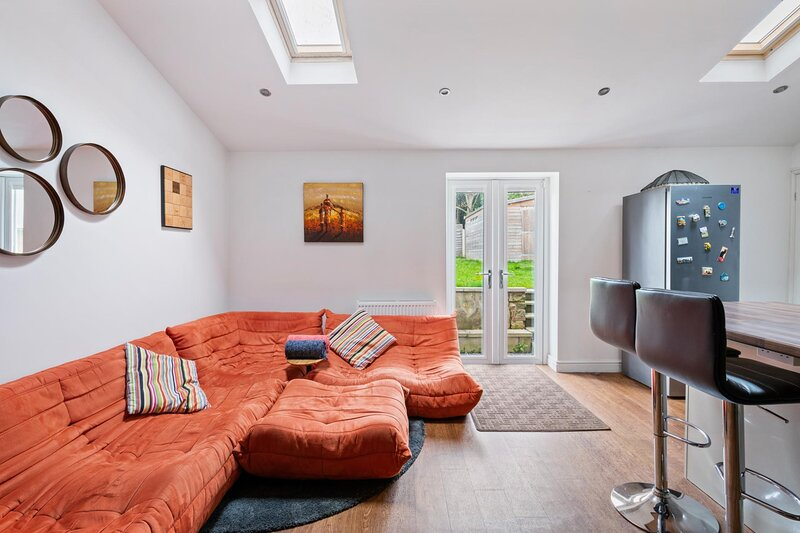 NEW Bright & Stylish 4BD Home City Centre of Leeds, holiday rental in Guiseley