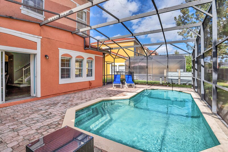 Fresh decor with hardwood floors HUGE private pool area! #4TV121, vacation rental in Intercession City